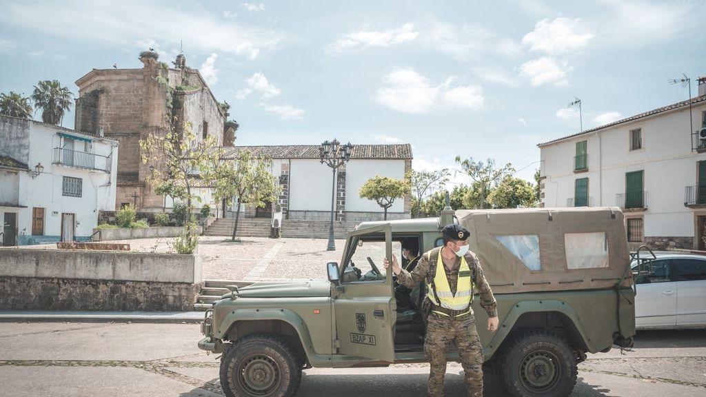 Un militar de la Brigada Extremadura XI durante la operación Balmis