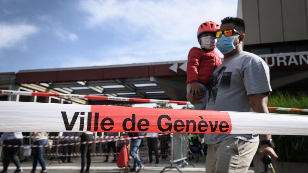 Un hombre recoge ayuda alimentaria en Ginebra