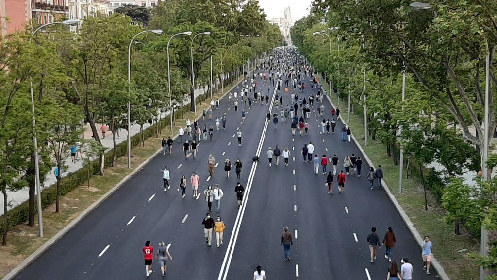La Castellana se llena de gente tras la peatonalización de 19 kilómetros de calles para pasear en Madrid