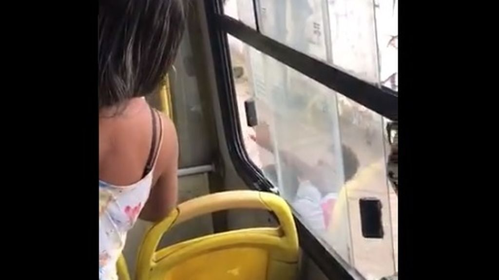 Expulsan a golpes y patadas a una mujer de un autobús: estornudó sin mascarilla