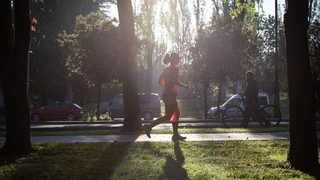 Una mujer sale a correr en el primer día en el que se permite a los mayores de 14 años salir a la calle
