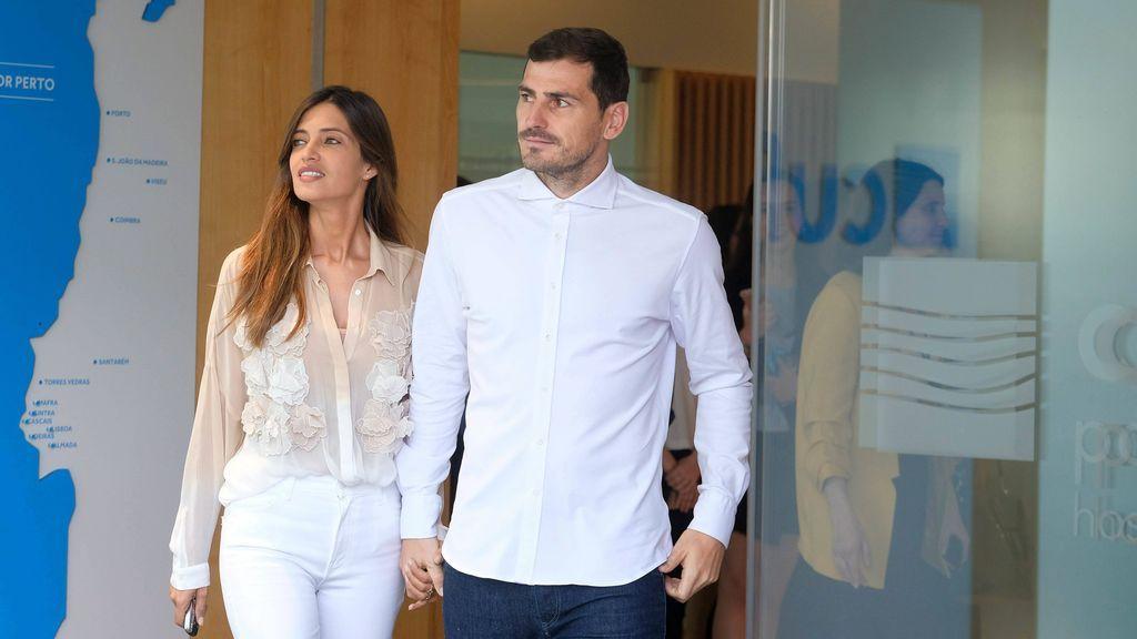 Sara e Iker saliendo de la clínica donde estuvo hospitalizado el jugador.