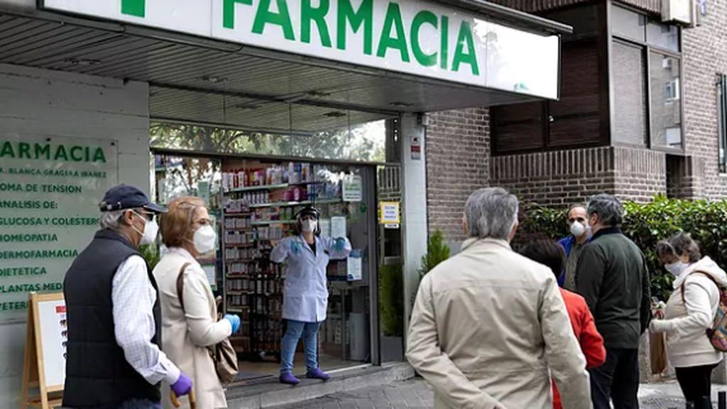 Los madrileños sí querían su mascarilla FFP2: colas para recogerlas y Ayuso, criticada por los sanitarios