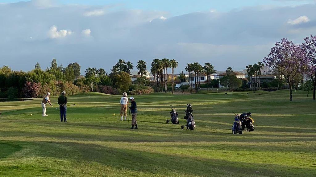 Los campos de golf reabren con más separación entre jugadores, que deberán usar guantes y mascarillas