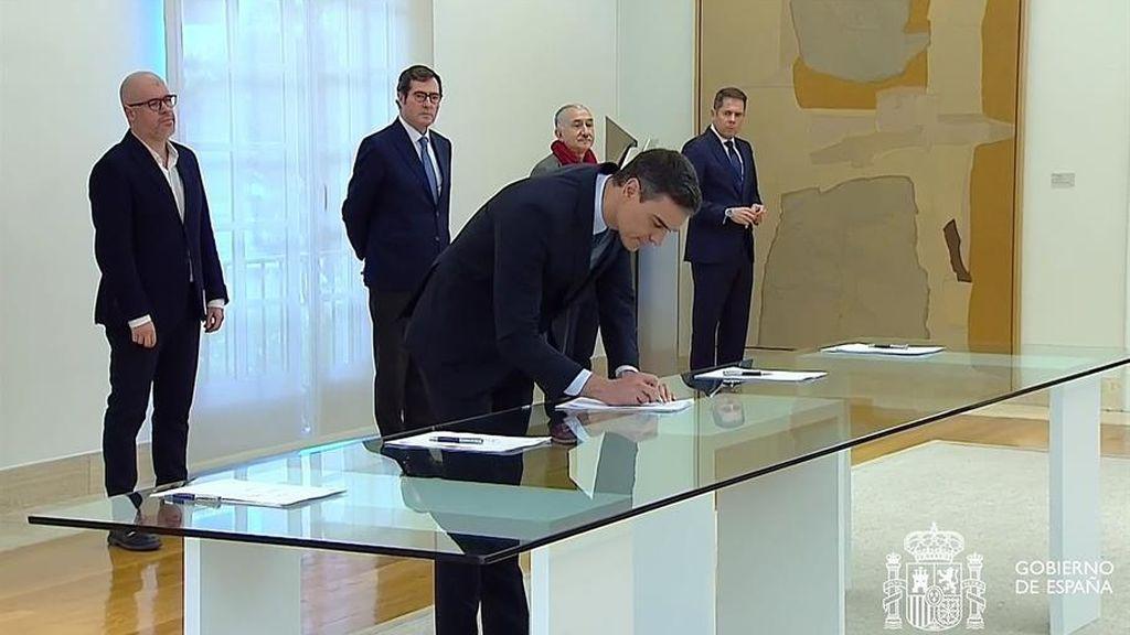Los ERTE se  prorrogan hasta el 30 de junio:  El Gobierno, los empresarios y los sindicatos firman el acuerdo para paliar la crisis