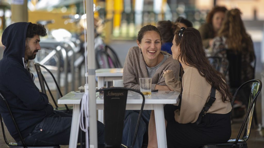 La policía denuncia a un bar Sevilla con 30 clientes en la puerta y el doble de las mesas autorizadas