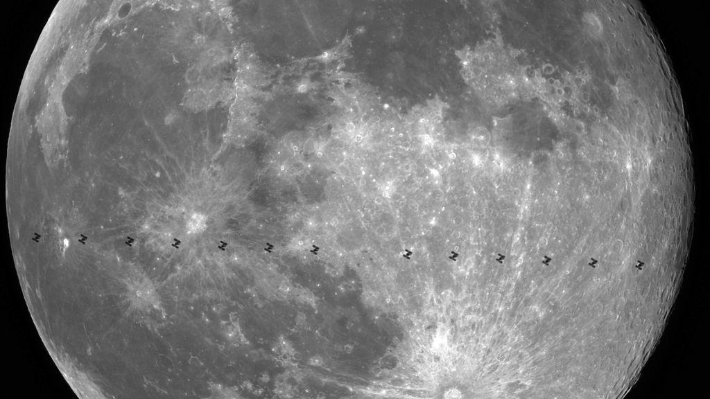 El satélite de la Estación Espacial Internacional, pillada pasando por delante de la Luna