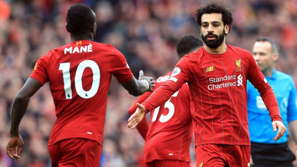 Mané y Salah se felicitan tras un gol.