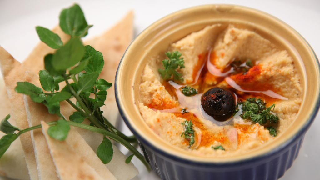 fresh-hummus-and-pita-bread-1618898