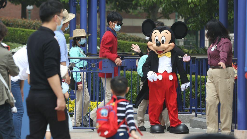Reabre Disneyland Shanghái, el primer parque temático que retoma su actividad