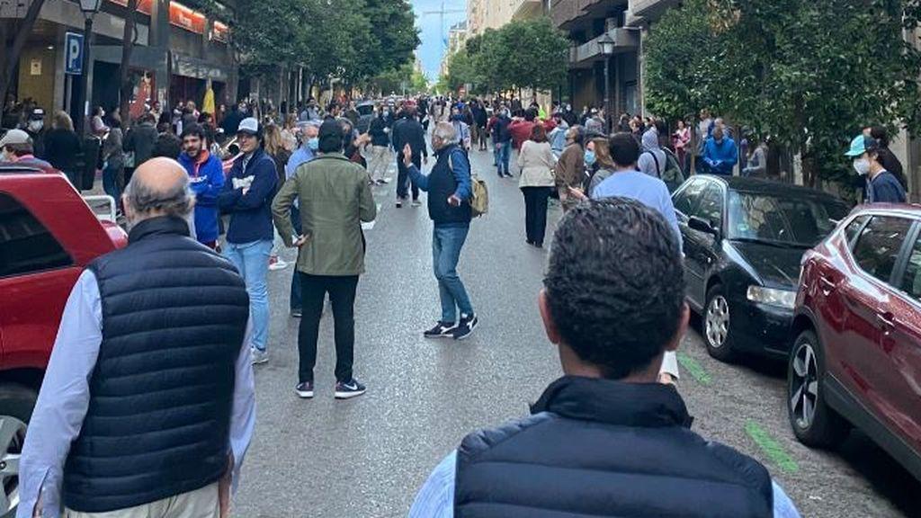 Decenas de personas se saltan el distanciamiento social en Madrid para protestar contra el Gobierno