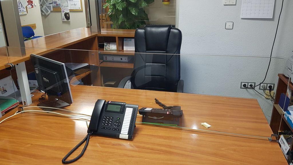 Un pueblo de Granada instala mamparas de metacrilato en sus oficinas para retomar la atención al ciudadano