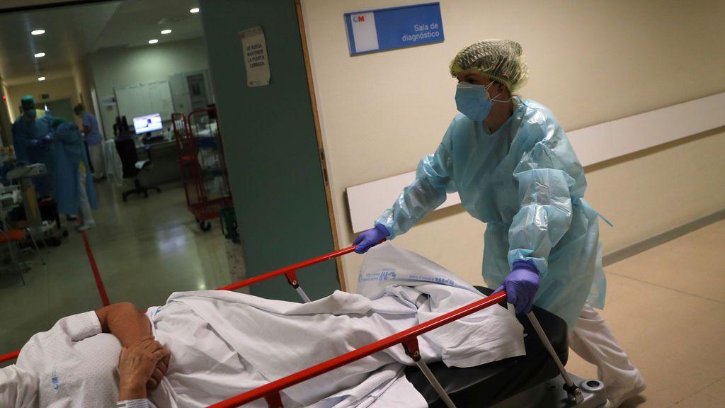 Una profesional sanitaria atiende a un paciente en un hospital