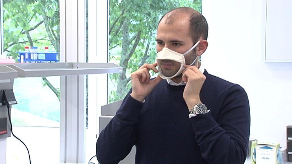 Aitor, probando uno de los prototipos de mascarillas para sordos.