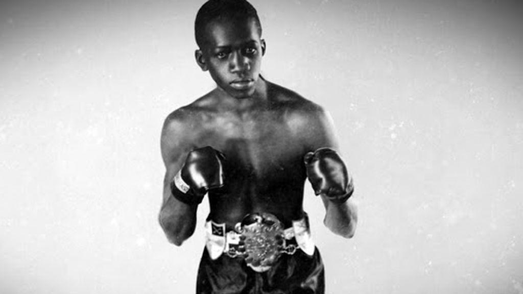 Panamá Al brown posando en una fotograíia antes de un combate de boxeo