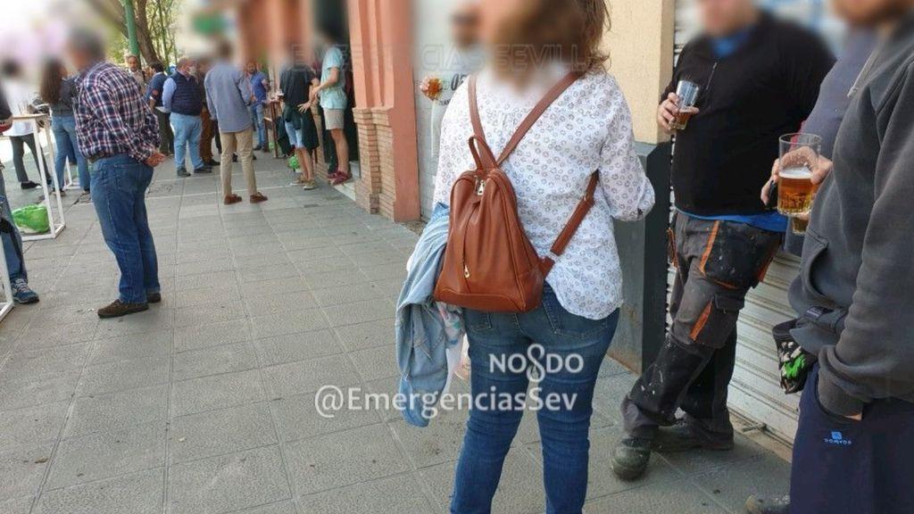 Desalojan un bar de Sevilla con el doble de mesas y la gente agolpada en la puerta