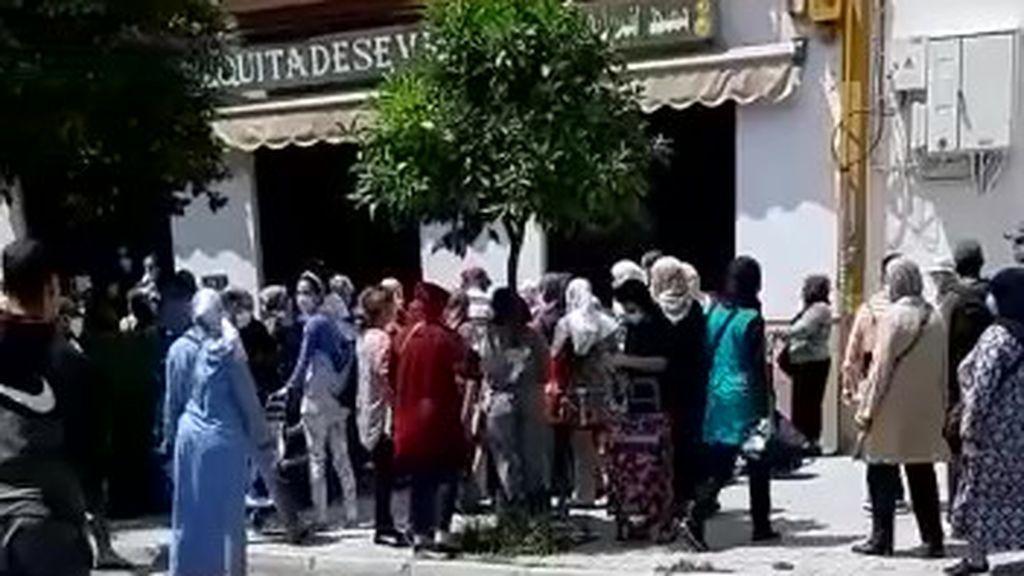 Concentración de personas a las puertas de una mezquita en Sevilla