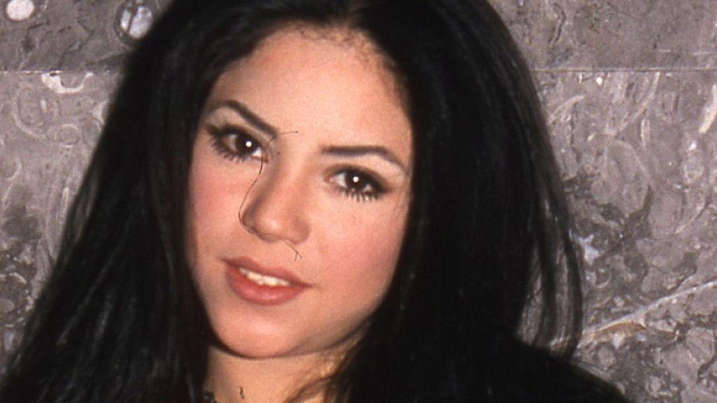 Shakira, con una larga melena oscura.
