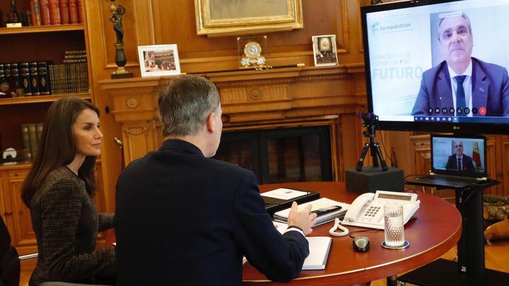 Los Reyes Felipe y Letizia han hablado por videconferencia con el presidente del Consejo General de Farmacéuticos,