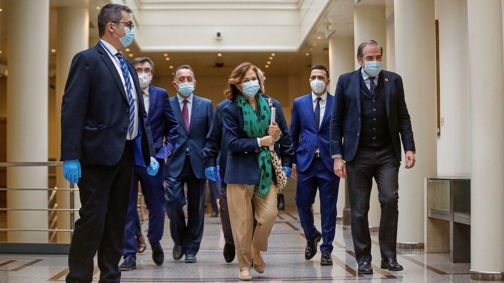 Carmen Calvo en los pasillos del Senado