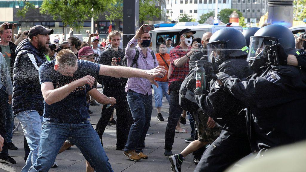 La Policía lanza gas pimienta contra un grupo de manifestantes en Alemania