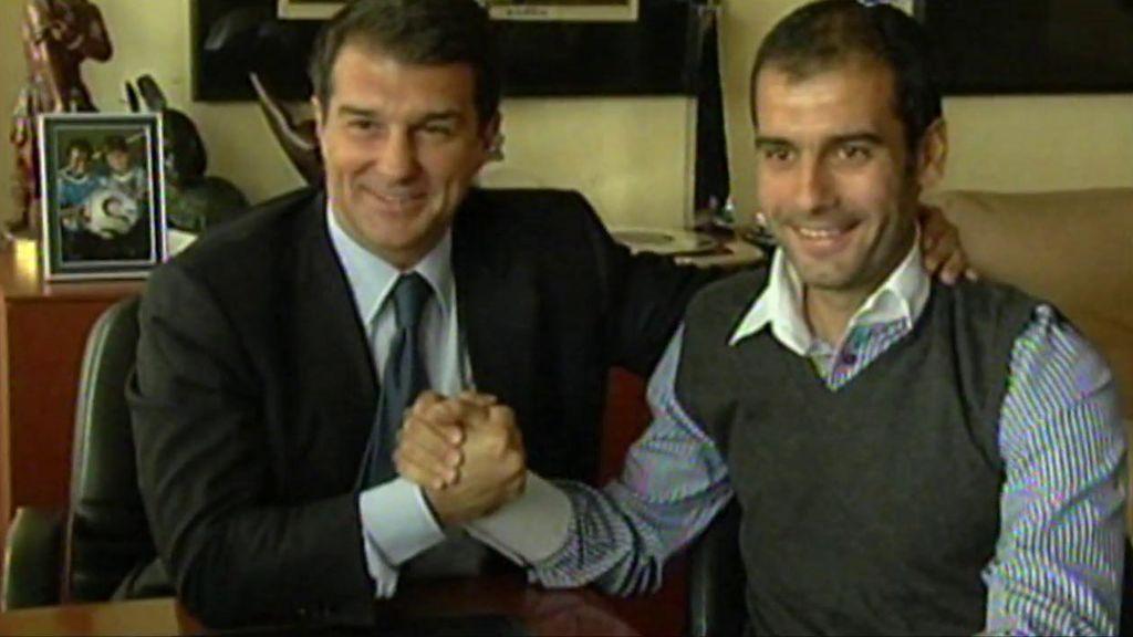 Laporta y Guardiola se chocan la mano durante su etapa en el Barça.
