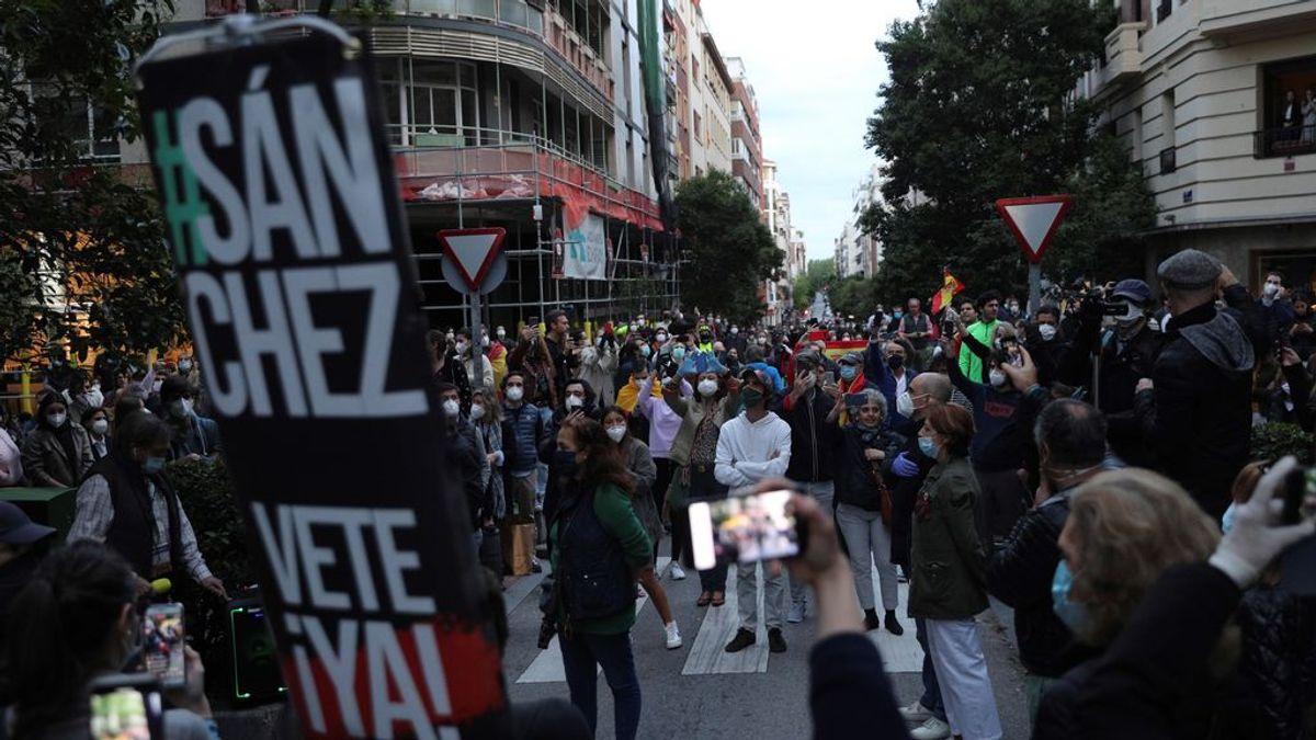 Decenas de personas se saltan las medidas sanitarias en una protesta en Madrid para pedir la dimisión de Sánchez