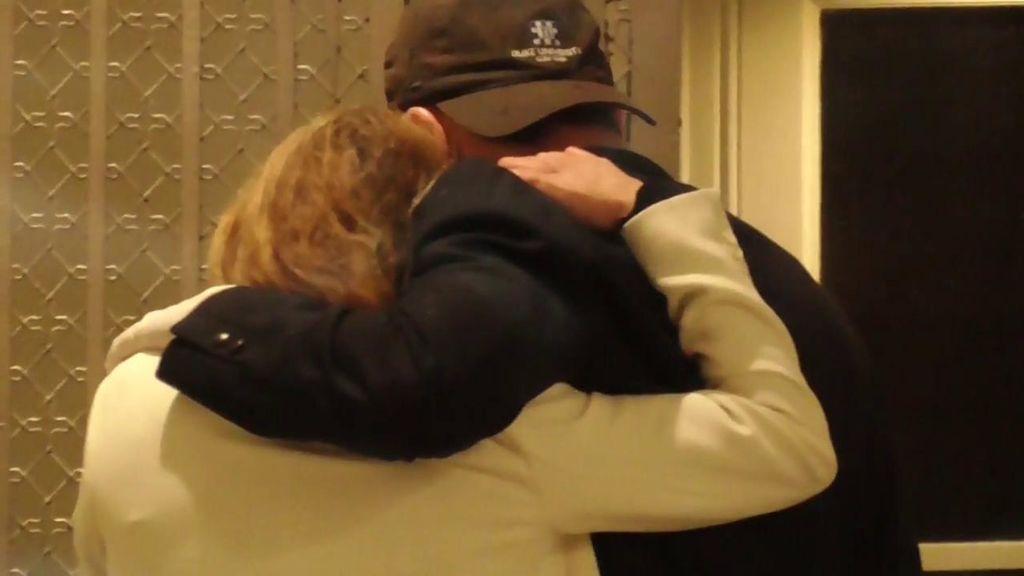El emotivo abrazo de Ana Obregón y Alessandro Lequio tras su salida del tanatorio