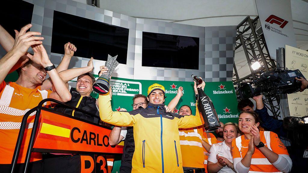 Carlos Sainz en el podio del GP de Brassil 2019