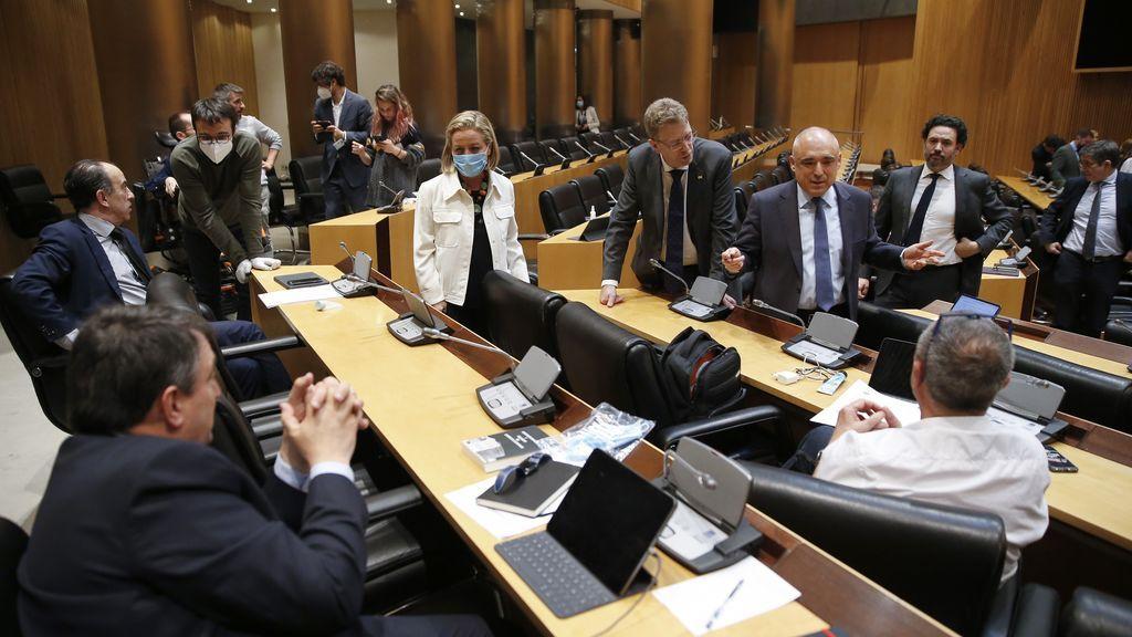 Los portavoces de la Comisión de la Reconstrucción negocian durante su primera sesión