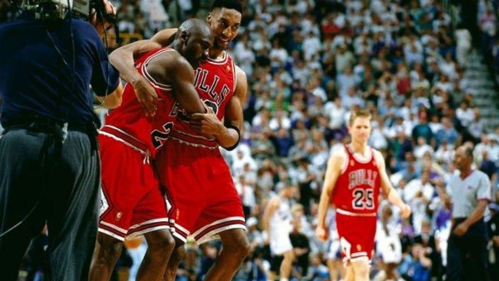 Jordan, exhausto, abrazando a Pippen