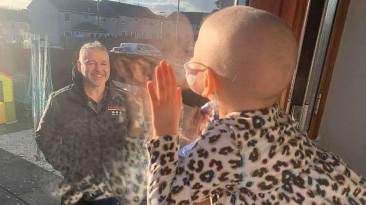 El reencuentro de una niña con cáncer y su padre después de dos meses aislada por el coronavirus
