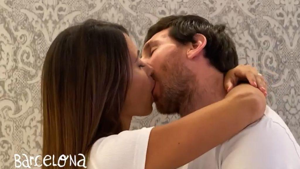 Leo Messi y Antonella Roccuzzo se dan un beso de película en el último videoclip de Residente
