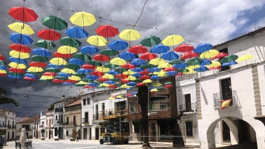 Los paraguas de colores vuelven a colocarse en la Plaza Mayor de Malpartida de Cáceres
