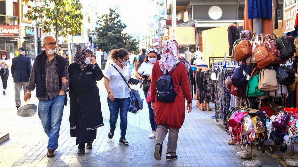 Ciudadanos con mascarilla en Estambul, Turquía