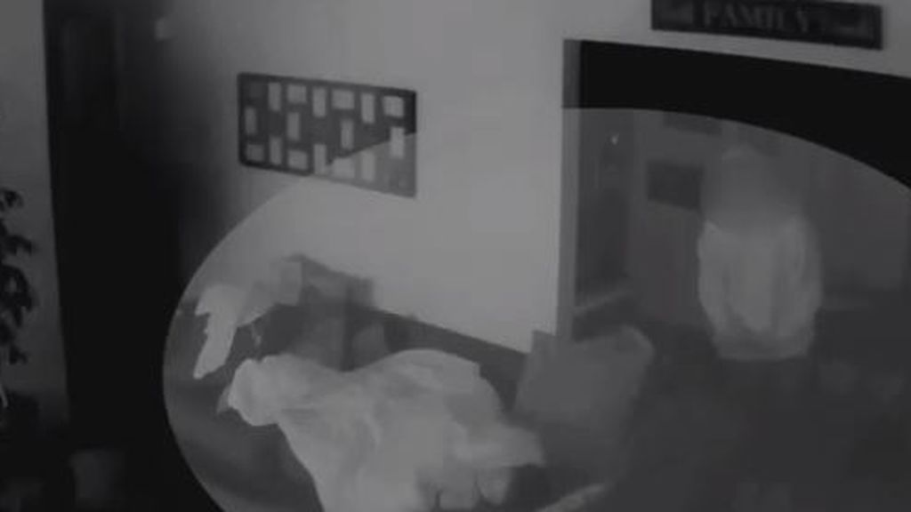 """Una adolescente despierta de madrugada y encuentra enfrente de su cama a un delincuente: """"Estaba mirándome"""""""