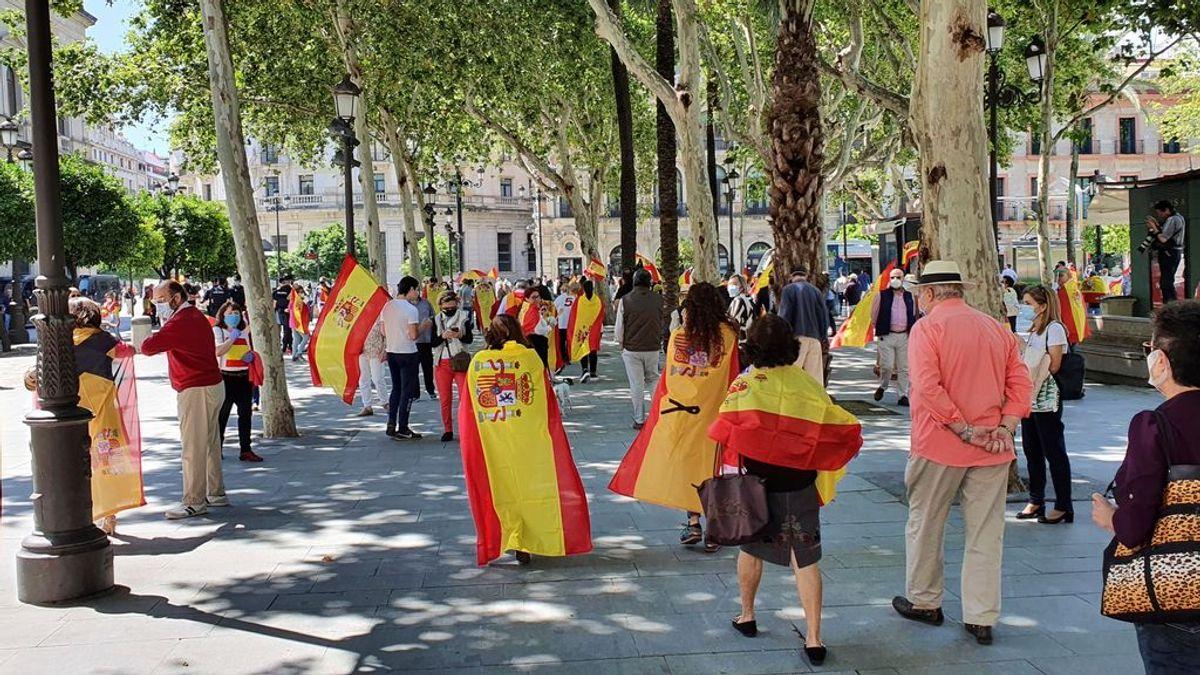 Un centenar de personas se manifiestan en Sevilla contra el Gobierno central