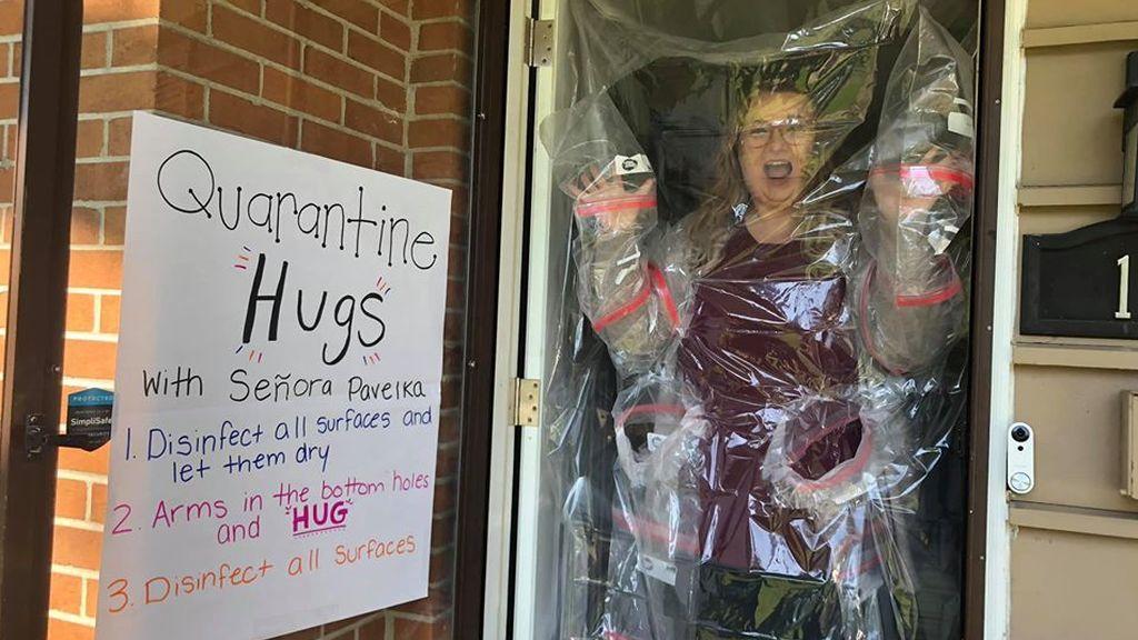 El sistema de una profesora para abrazar a sus alumnos en plena pandemia de coronavirus