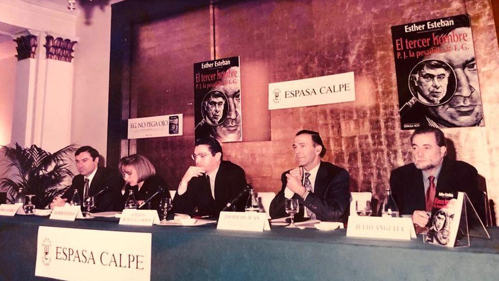 Julio Anguita presentando el libro 'El tercer hombre' de Esther Esteban