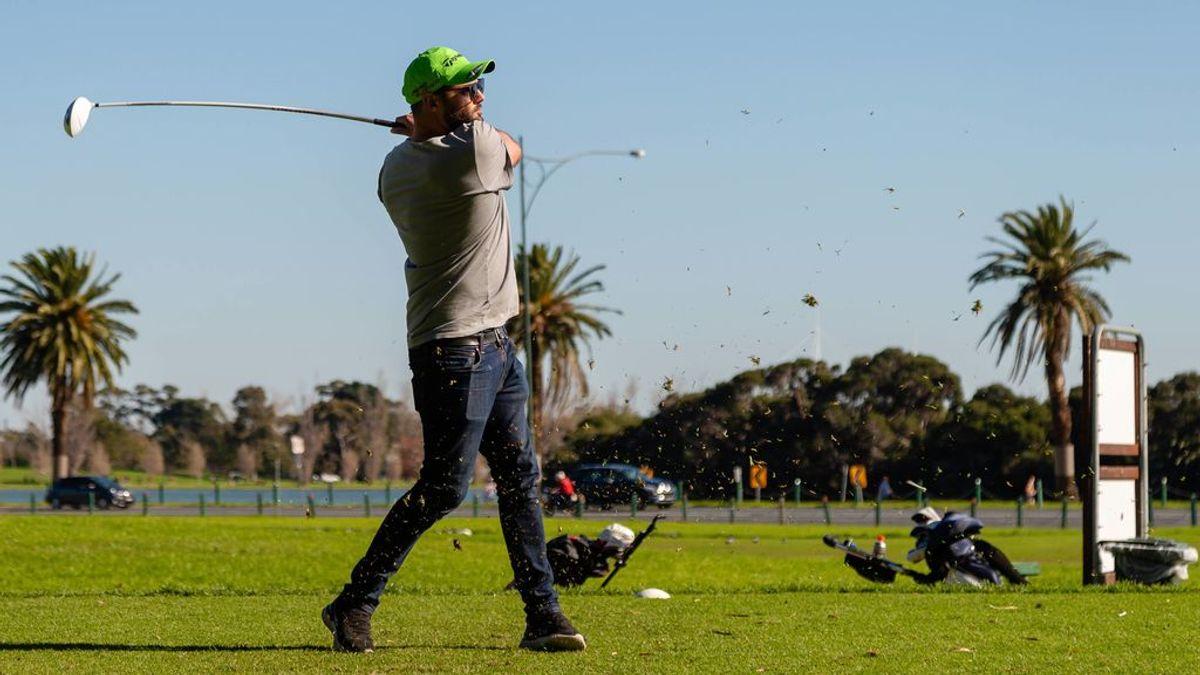 Un golfista ejecutando un golpe