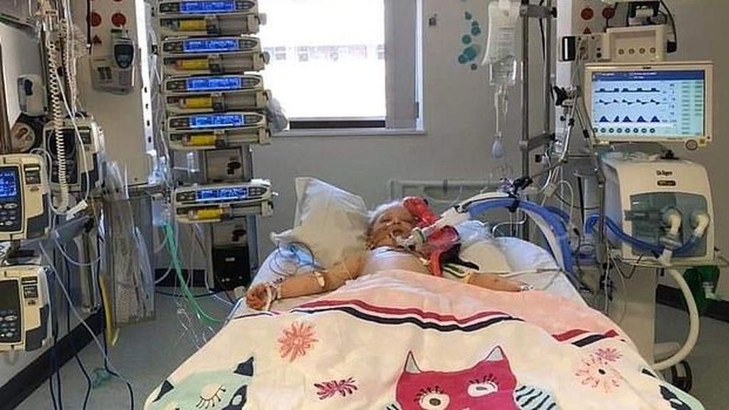 Una madre comparte la imagen de su hija luchando por no morir por la enfermedad de Kawasaki