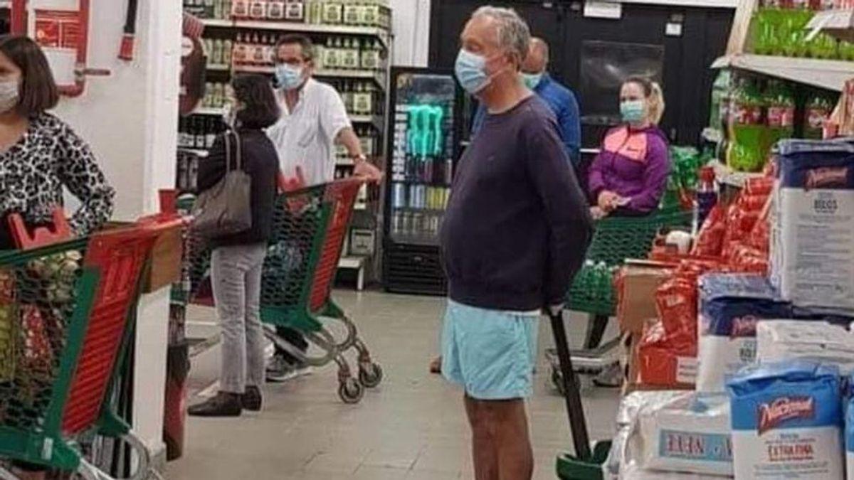 El presidente de Portugal, a la compra con bermudas y mascarilla