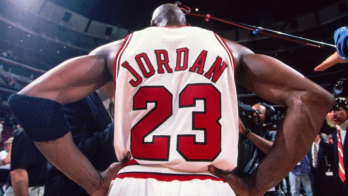 Michael Jordan, de espaldas, durante un partido
