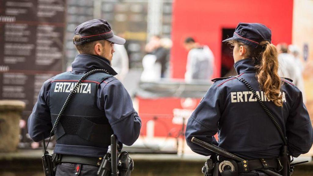 Detenidos dos hombres acusados de agredir sexualmente a una mujer en Bizkaia