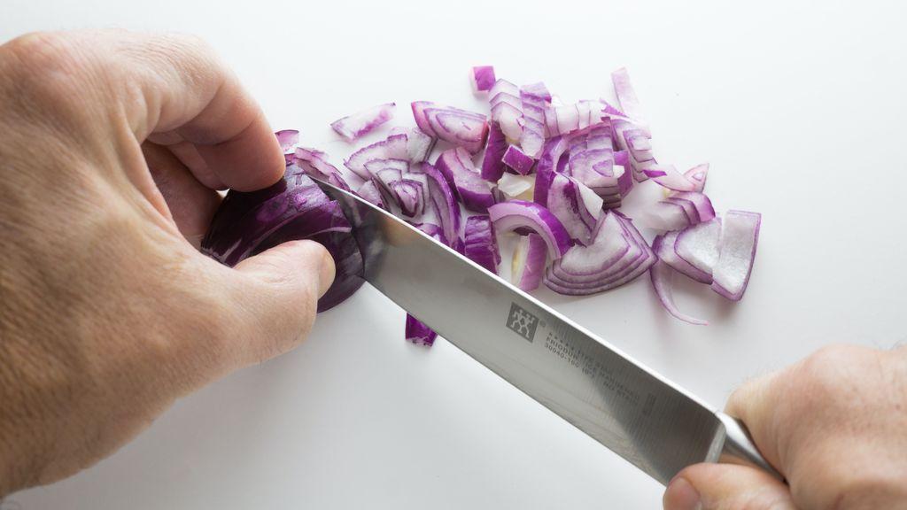 Basta de lágrimas: por qué lloramos cuando cortamos cebolla y cómo evitarlo