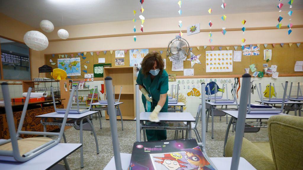 Desinfección en un aula de un centro educativo en España