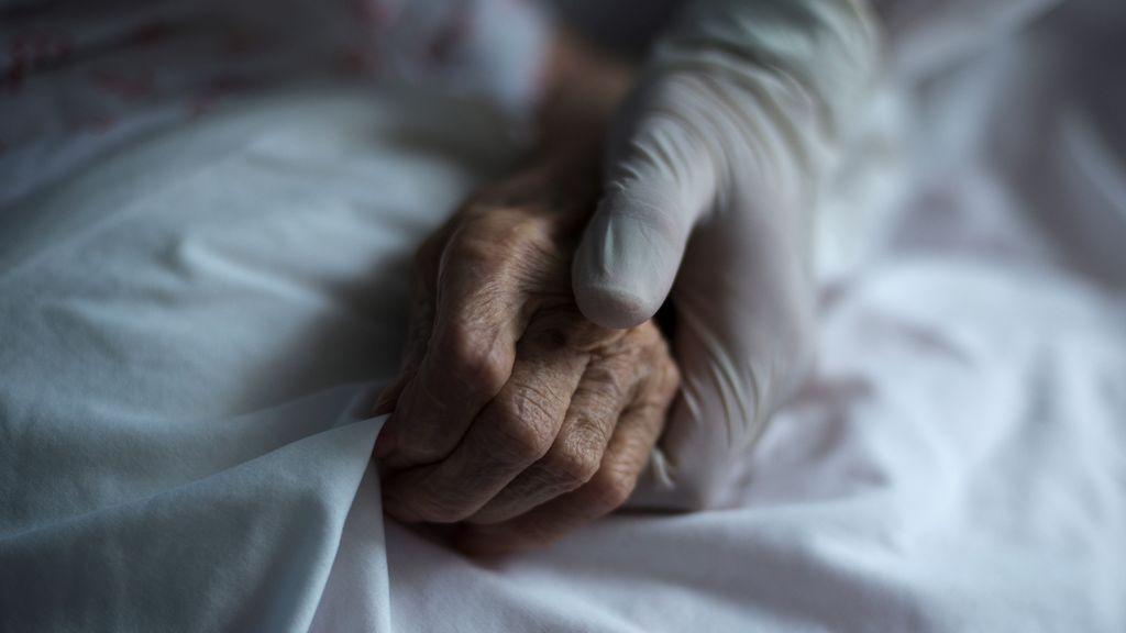 Un médico japonés llama a las personas mayores con coronavirus a consentir que se trate primero a los jóvenes