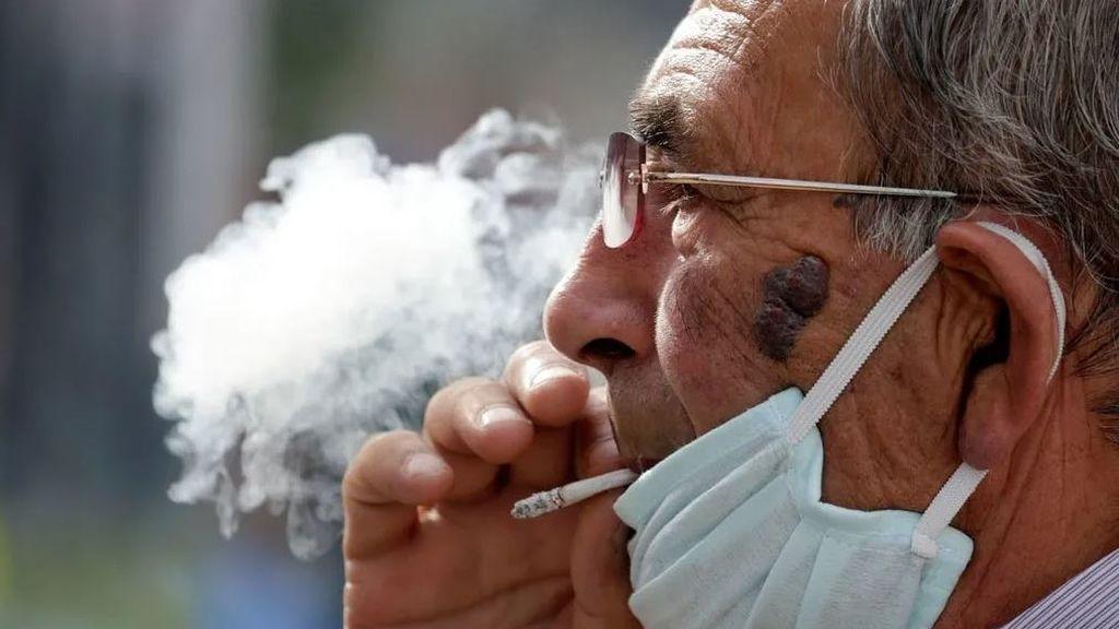 Fumar estimula la proteína que usa el coronavirus para entrar a las células, según un estudio
