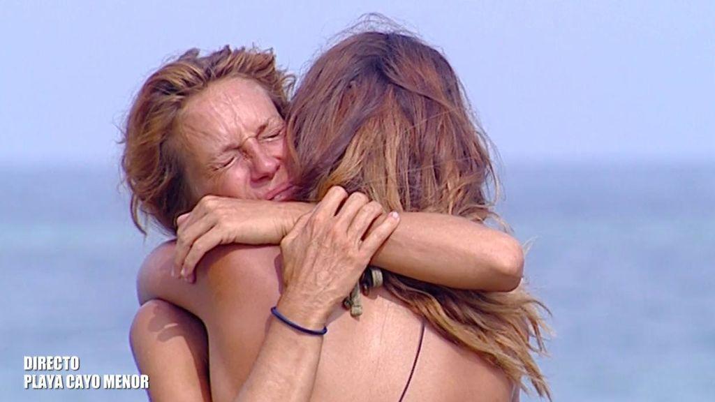 Lara abraza a Elena tras su testimonio