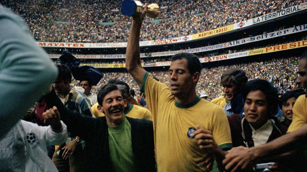 Carlos Alberto levantando el Mundial 1970